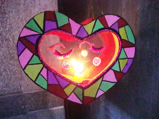 Làm lồng đèn bằng giấy hình trái tim 10