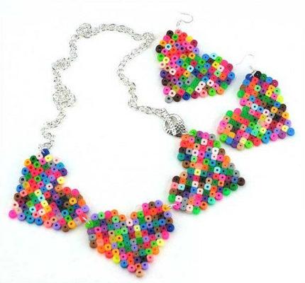 Gấp hình trái tim bằng hạt nhựa nhiều màu sắc